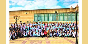 كلية العلاج الطبيعي تنظم صورة جماعية لطلاب الفرقة الأولى